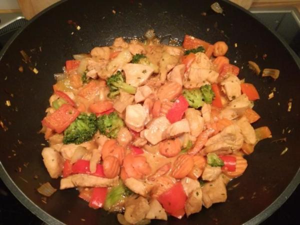 Hähnchenfilet mit Gemüse und leichter Erdnussnote